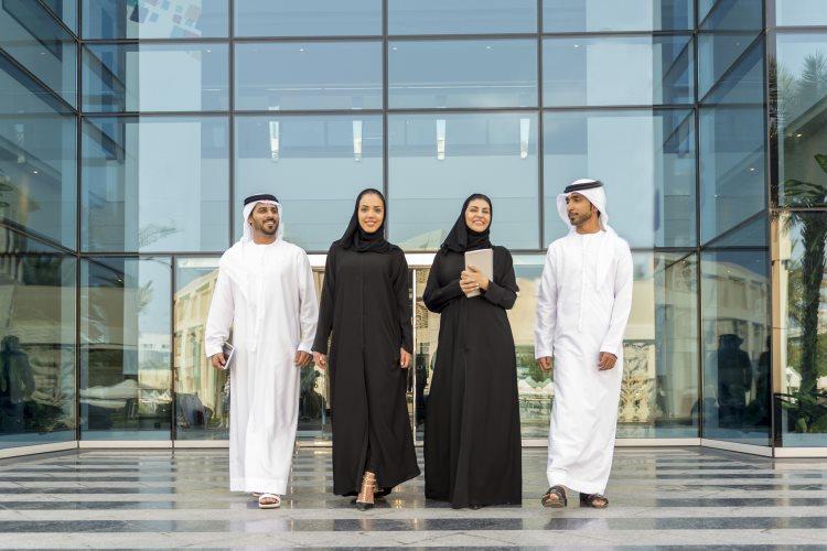 Locaux en habits traditionnels de Dubaï